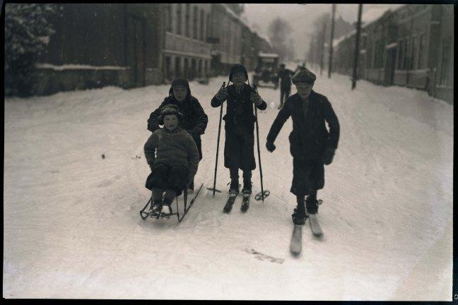 Barn i vintergater, Drammen tidlig på 1930-tallet